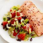 Лосось с тёплым салатом из помидоров и оливок