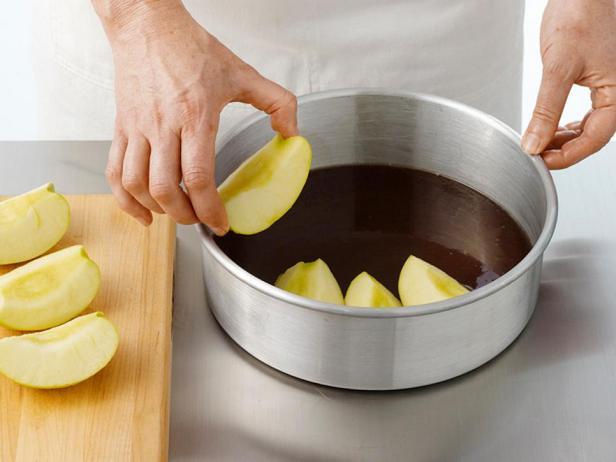 Выложите яблоки на застывшую карамель