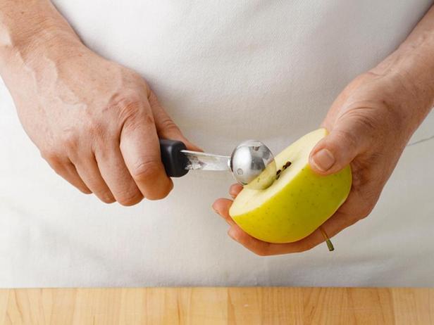 Вырежьте сердцевину яблока