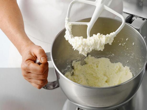 В кухонном комбайне взбейте сливочное масло с сахаром