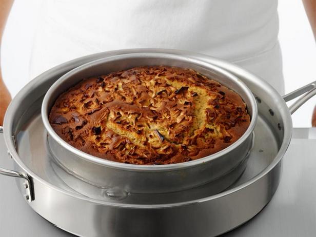 Поставьте форму с горячим пирогом в воду