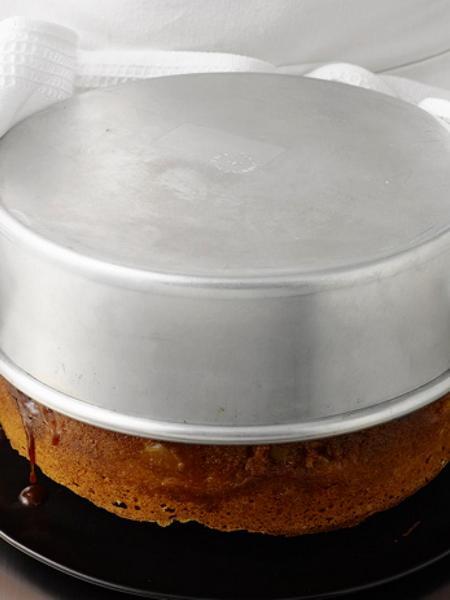 Прижмите пирог тарелкой и переверните, освобождая от формы