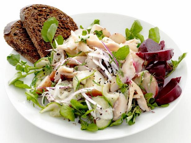 Фото Картофельный салат с копчёной форелью