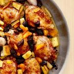 Курица в абрикосовой глазури с пастернаком и сухофруктами