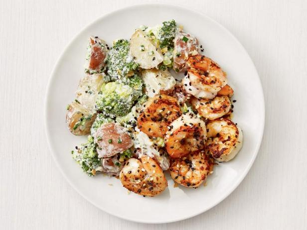 Жареные креветки, картофель и брокколи в посыпке из кунжута и мака