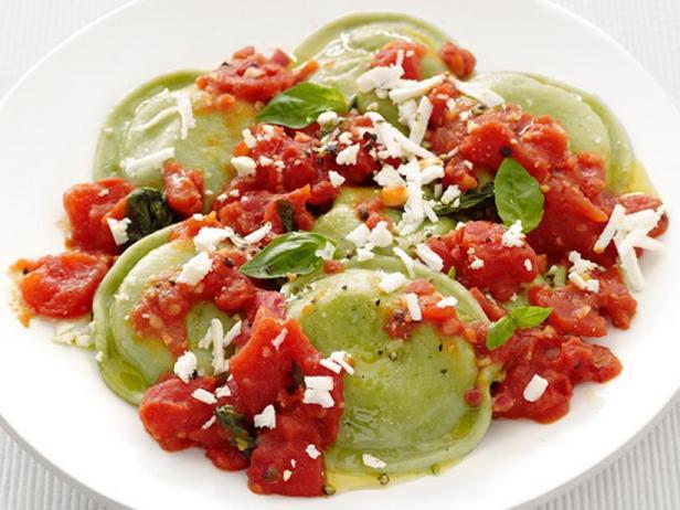 Фото Равиоли со шпинатом в томатном соусе