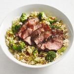 Боул с бурым рисом, киноа, брокколи и стейком