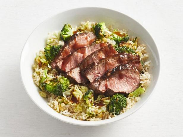 Фото Боул с бурым рисом, киноа, брокколи и стейком