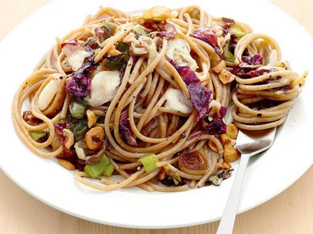 Цельнозерновые спагетти с луком-пореем и фундуком