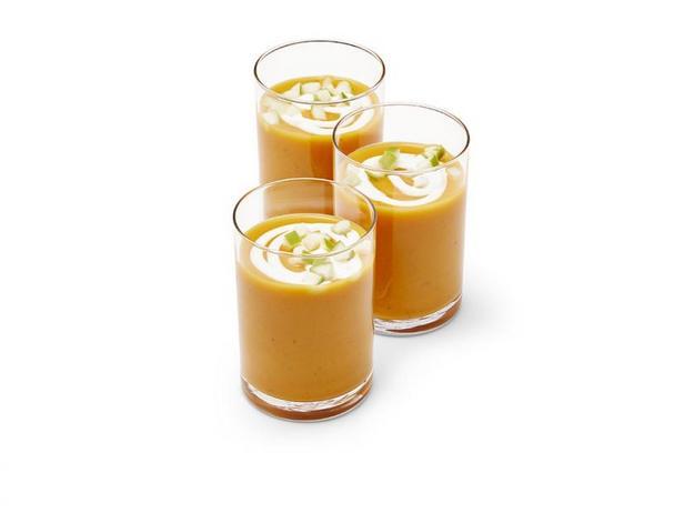 Фото Крем-суп из батата с кремовым зефиром в стопках