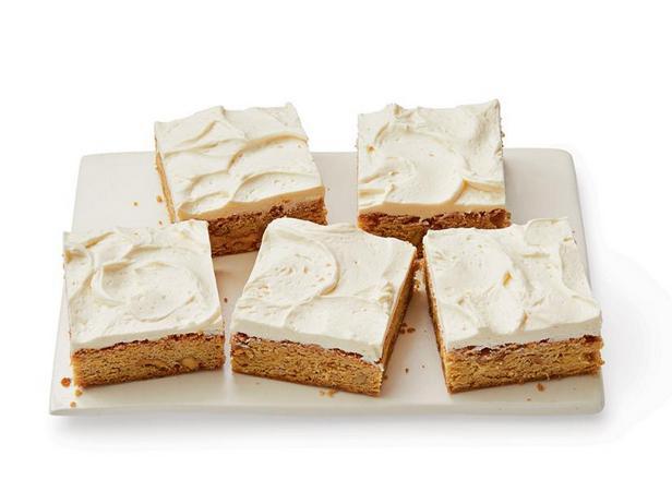 Фото Пирожные «Блонди» с грецкими орехами и кленовым сиропом