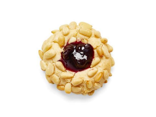 Фото Печенье «Отпечаток пальца» с кедровыми орехами и вишнёвым джемом