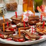 Фуршет с мини-сэндвичами: горячие мини-сэндвичи с сыром и помидорами, мини-сэндвичи Рэйчел и мини-сэндвичи «Патти-Мелт»
