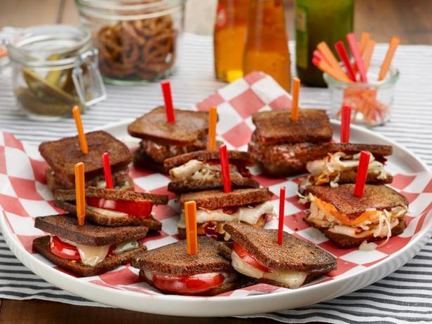 Фото Фуршет с мини-сэндвичами: горячие мини-сэндвичи с сыром и помидорами, мини-сэндвичи Рэйчел и мини-сэндвичи «Патти-Мелт»