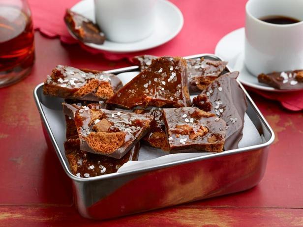 Фото Домашняя плитка шоколада с кусочками печенья и карамели