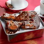 Домашняя плитка шоколада с кусочками печенья и карамели