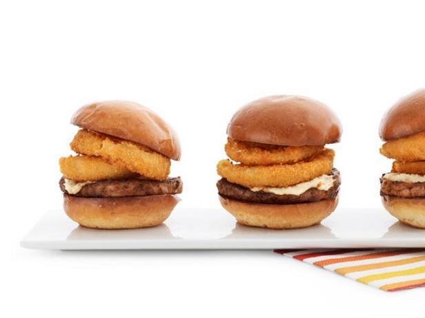 Мини-гамбургеры с луковыми кольцами и сливочным хреном