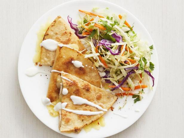 Фото Кесадилья с курицей и сыром с капустным салатом и кинзой