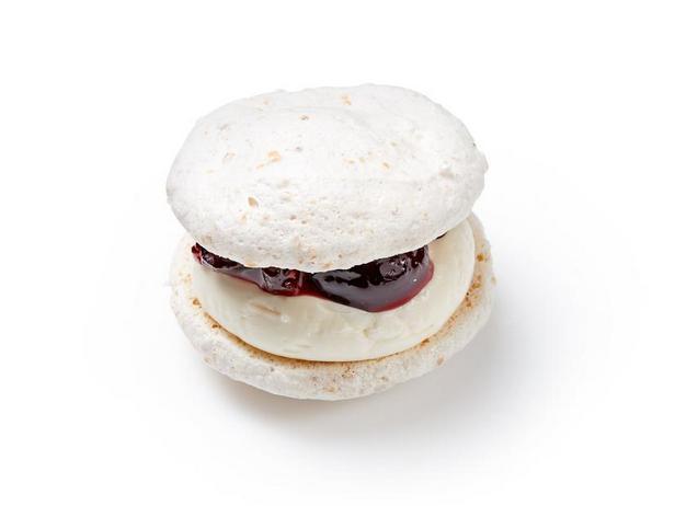 Фото Сэндвич-печенье из ореховой меренги с ванильным кремом