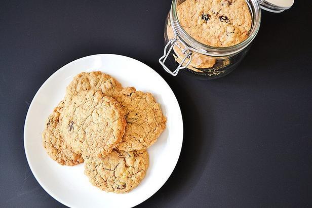 Фото Овсяное печенье с финиками и кусочками ириса