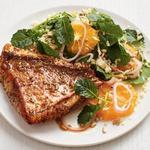 Жареный луциан с салатом из апельсинов и капусты кейл