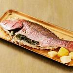 Рыба, запечённая в соли, с лимонно-оливковым релишем