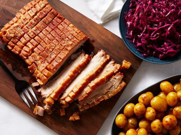 Фото Хрустящая свиная грудинка с тушёной красной капустой и карамельным картофелем