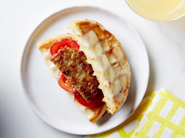 Вафельный сэндвич с колбасной котлетой