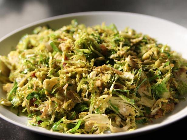 Фото Тёртая брюссельская капуста с панчеттой на сковороде