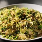 Тёртая брюссельская капуста с панчеттой на сковороде