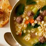 Суп с фрикадельками, шпинатом и сырными гренками