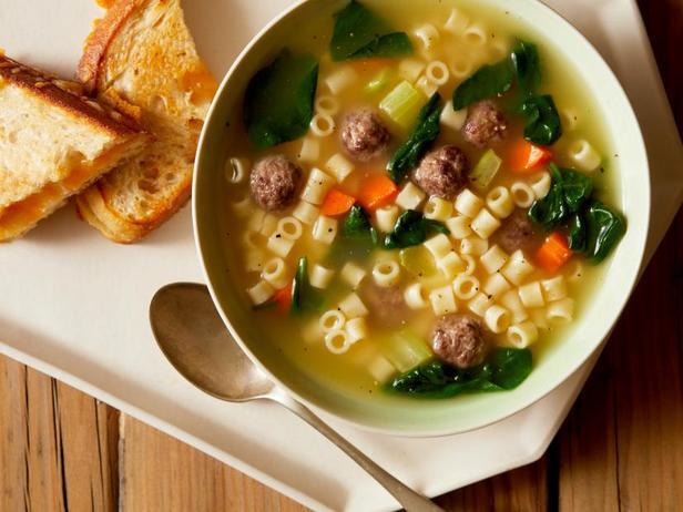 Фото Суп с фрикадельками, шпинатом и сырными гренками