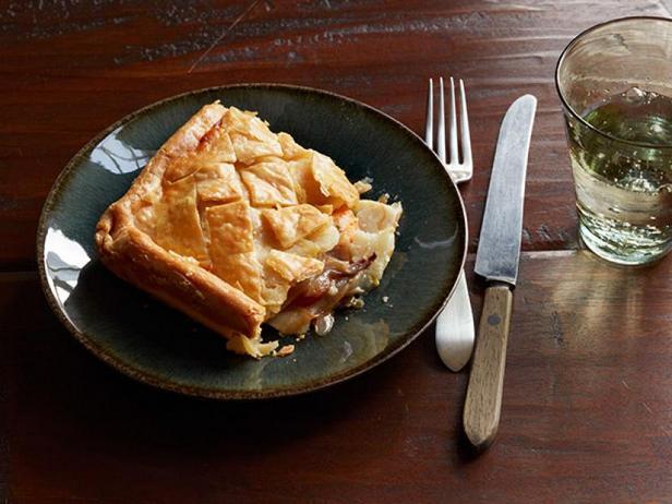 Фото Слоёный пирог с начинкой из корнеплодов