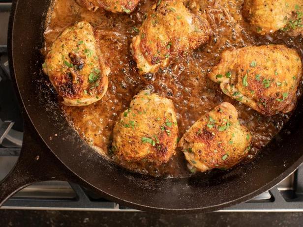 Фото Куриные бёдра с луковым соусом на сковороде