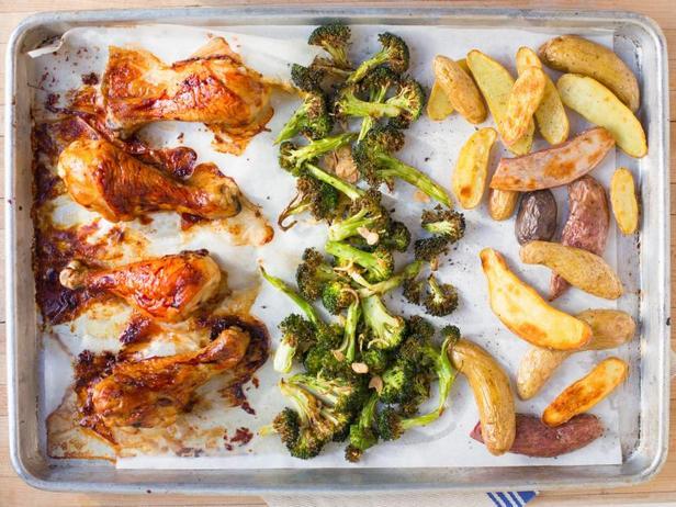 Фото Ужин на противне: курица в глазури, картофель и брокколи