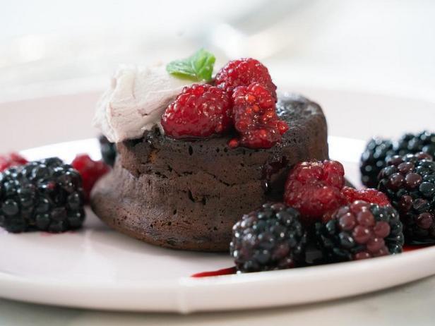 Классический шоколадный фондан с ягодами Кассис