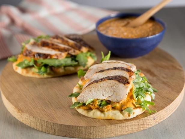 Фото Пряная куриная грудка на поджаренной лепёшке с хумусом из белой фасоли и салатом из руколы
