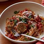 Митболы из индейки в быстром остром томатном соусе с цельнозерновыми спагетти