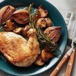 Запечённая курица с грибами, луком и розмарином