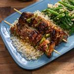 Якитори с курицей и гарнир из риса и зелёной фасоли