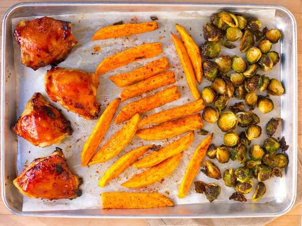 Фото Ужин на противне: курица барбекю и брюссельская капуста
