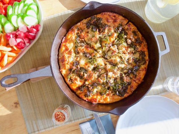 Фото Пицца с свиными колбасками в сковороде