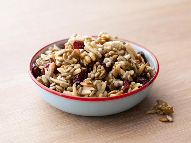 Фото Ореховая смесь с тыквенными семечками и сушёной вишней