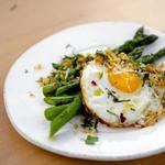 Жареная спаржа на сковороде с хрустящей яичницей