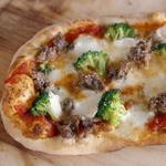 Пицца с колбасой и брокколи
