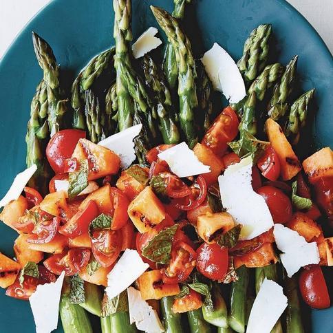 Фото Спаржа с салатом из жареной на гриле дыни