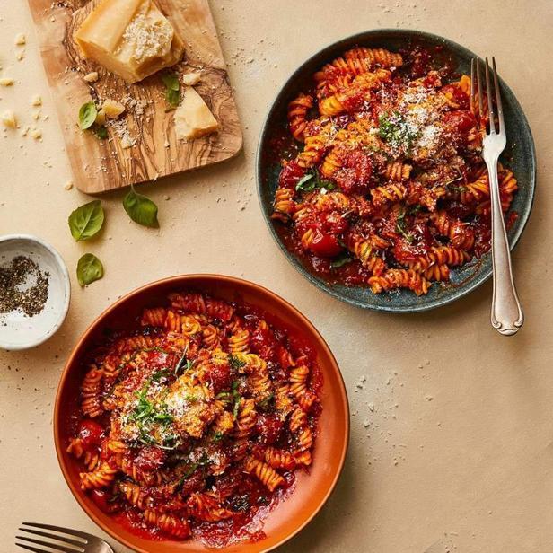 Фото Паста фузилли в соусе из свежих помидоров