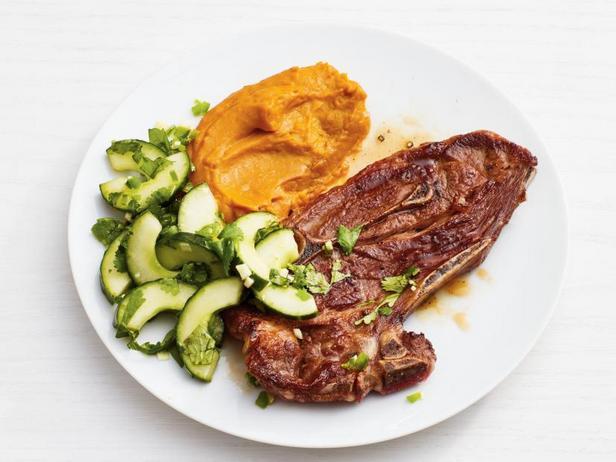 Фото Натуральные котлеты из ягнёнка с морковным пюре и огуречным салатом