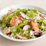 Салат с пастой орзо, шпинатом и креветками