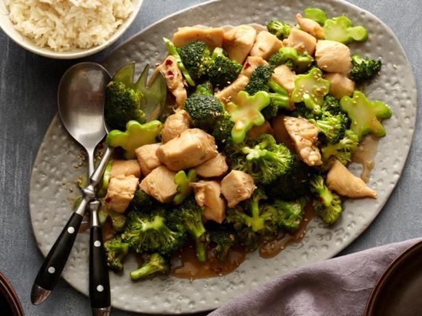 Курица жареная на сковороде с капустой брокколи